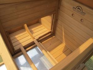 Bodenschublade zur einfachen Reinigung. 2 herausnehmbare Sitzstangen.
